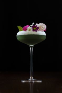 The Art of the Cocktail Garnish — moody mixologist - Trend Cocktail Garnishes 2019 Cocktail Garnish, Cocktail Drinks, Cocktail Recipes, Jam Sandwiches, Cocktail Photography, Food Photography, Banana Milkshake, Craft Cocktails, Edible Flowers