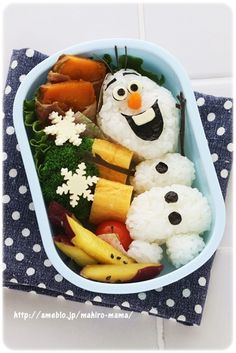 bento box lunch Invite Olaf to lunch with these Disney Bento Boxes. No Disney Frozen fan could resist such a cute and adorable healthy lunch. Olafs head, body, and feet are made of whit Bento Box Lunch For Kids, Bento Kids, Bento Food, Lunch Box, Food Food, Bento Kawaii, Cute Bento, Kreative Snacks, Comida Disney