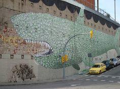 Barcelona murs /  Genís Cano i Anxel Rabuñal. A traves de la dèria de pintar els murs  que ve de la tendència de l' home a omplir els buits. Barcelona Murs, amb la col.laboració de fotògrafs i autors, recull una varietat de perspectives que ens ajudem a comprendre aquest fenomen que té una presència real a la nostra ciutat.