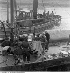 Hulpverleners takelen dekens in boot.