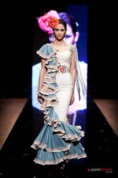 Wappíssima - Pasarela Flamenca 2012 - Pablo Vera/Rocío Dguez. Flamenco Costume, Spanish Dress, Spanish Fashion, Blue And White Dress, Frill Dress, Dance Fashion, Fashion Colours, Fashion Show Collection, Asymmetrical Dress