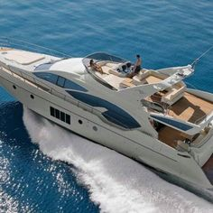 I thought I saw myself piloting that yacht : I must have been dreaming. Azimut just plain cool!