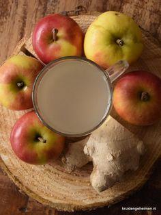 De geneeskrachtige stoffen van Gember komen pas vrij wanneer het ongeveer 10 minuten gekookt heeft. Het wordt aangeraden bij verkoudheid en maagklachten.Schil een stukje gember van ongeveer 4 centimeter en snij in kleine stukjes. Was 3 appels (Elstar), snij ook in stukken (schil en pitten mogen erbij). Doe alles in een pan met 1,5 liter water en breng aan de kook. Ongeveer 10 minuten zachtjes koken met deksel op de pan totdat de appels moes zijn geworden. Prak het vocht uit de appels