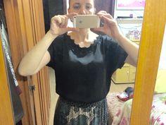 Camisa de seda preta, com renda na gola
