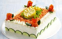 Voileipäkakku on juhlapöydän klassikko Salmon Sandwich, Sandwich Cake, Sandwiches, Swedish Recipes, Iranian Food, Savoury Cake, Antipasto, Cheesecakes, Summer Recipes