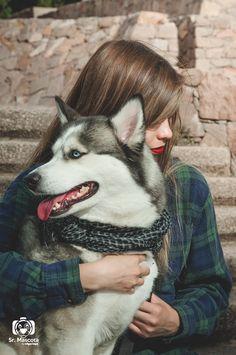 Husky en su sesión fotográfica con su amiga