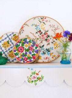 sweet floral fabric in hoops, and painted shelf - bon thuis houden. Embroidery Hoop Crafts, Embroidery Patterns, Sewing Projects, Craft Projects, Craft Ideas, Flea Market Decorating, Creation Deco, Granny Chic, Floral Fabric