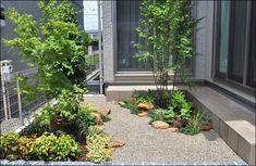 小庭・坪庭施工例写真 | 色鮮やかな下草にみかも石を合わせた明るい小庭