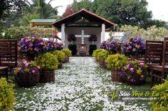 Decoração floral em estilo rústico em tons de lilás. Casamento com Cerimônia Religiosa ao Ar Livre.