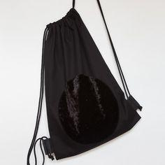 Černý batoh se sametovou aplikací. Batoh je ušitý z pevného bavlněného kepru s koženými detaily.