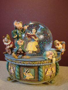 Disney snow globe - Snow White in rocking chair. Disney Music Box, Chrissy Snow, White Rocking Chairs, Disney Snowglobes, Illustration Photo, Disney Figurines, Disney Statues, Musical Snow Globes, I Love Snow