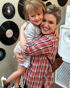 Kelly Clarkson's daughter gushes over Chris Martin in new video. Kelly Clarkson captured a cute video Tuesday of her daughter gushing over Chris Martin. Celebrity Babies, Celebrity Photos, Celebrity Style, Carey Hart, Blythe Danner, First Mothers Day, Chris Martin, Sarah Michelle Gellar, Jessica Biel