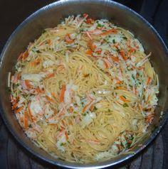 Ingredienti per quattro persone:   350 g di spaghetti  250g di surimi  1 spicchio d'aglio  2 cucchiai di olio evo  Prezzemo...