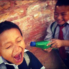 Tortura nepalí. Eros contra Sonam. Awesome. #children #niños #kids #nepal #kathmandu #volunteering #games #juegos #Asia #happiness #cute #agua #water #diversión