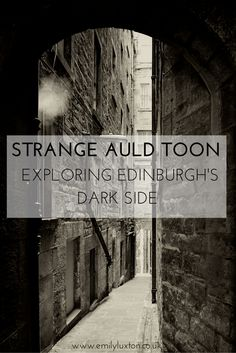Exploring the Edinburgh old town with a local storyteller