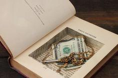 I vecchi libri sono affascinanti e sono un vero e proprio patrimonio di ogni casa. Ma cosa fare se magari si sono ingialliti, si sono rotti e rovinati o se semplicemente avete trovato nella soffitta della nonna una serie di volumi che ormai non servono più? Non buttate via niente, perché i vecchi libri possono ancora tornarvi utili: magari potete utilizzarli per complementi di arredo ricchi di cultura e di fascino, perfetti per una casa i cui inquilini sono dei gran divoratori di libri…