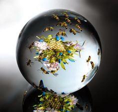 Флористические композиции внутри стеклянного пресс-папье