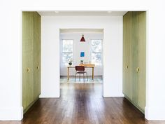 The renovation of a traditional townhouse in Brooklyn features the original facade, modern modifications and emeral green accents. Blue Bathtub, Walk Through Closet, Ny Loft, Laminate Cabinets, Green Cabinets, Living Room Photos, Simple Pictures, Wall Cladding, Parquet Flooring
