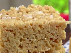 Salted Caramel Crispy Treats // These are yummy! (Recipe tweak: add more cereal … Salted Caramel Crispy Treats // These are yummy! (Recipe tweak: add more cereal to the caramel & marshmallow mixture. A double recipe with extra cereal can make two pans. Crispy Treats Recipe, Rice Crispy Treats, Krispie Treats, Yummy Treats, Sweet Treats, Köstliche Desserts, Dessert Recipes, Sweet Desserts, Healthy Desserts