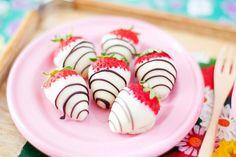 Vanilla covered strawberries with chocolate stripes White Chocolate Covered Strawberries, Dipped Strawberries, Kawaii Cooking, Strawberry Dip, Strawberry Fields, Cupcakes, Favim, Cute Food, High Tea