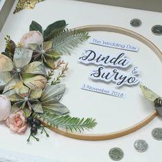 No photo description available. Wedding Frames, Diy Wedding, Rustic Wedding, Wedding Gifts, Wedding Day, Wedding Hamper, Ring Holder Wedding, Diy Flowers, Quilling