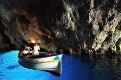 Breng een bezoek aan de grotten van Cilento en laat je betoveren door het fluoriscerende water