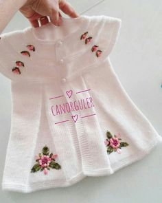 Diy Crafts - This Pin was discovered by Ays Baby Cardigan, Knit Baby Dress, Baby Pullover, Knitted Baby Clothes, Knitting For Kids, Baby Knitting Patterns, Knitting Designs, Pull Bebe, Baby Coat