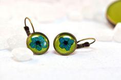 grüne Ohrhänger mit echter Blüte von Schmuckzucker - handgemachter, individueller Schmuck - Ohrringe, Ketten und mehr auf DaWanda.com