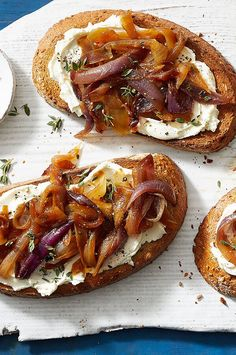 Caramelized Onion & Goat Cheese Toast Sweet caramelized onions and creamy goat cheese team up in this easy yet elegant dish that makes a great appetizer or side with soup or sala Vegetarian Recipes Easy, Healthy Dinner Recipes, Cooking Recipes, Vegetarian Tapas, Easy Cooking, Soup Appetizers, Appetizer Recipes, Great Appetizers, Salad Recipes