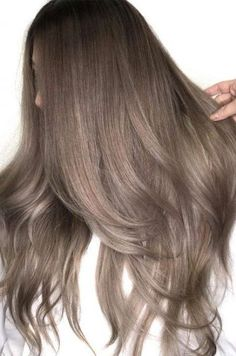 Ash brown hair colors with their smoky and cool green blue and grey undertone aschbraun Different Brown Hair Colors, Ash Brown Hair Color, Brown Hair Shades, Brown Hair With Blonde Highlights, Brown Ombre Hair, Brown Hair Balayage, Light Brown Hair, Hair Color Balayage, Hair Highlights