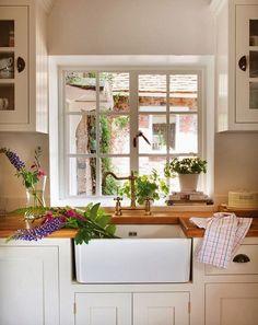 finestra a scacchi (molto bella, stile inglese) per guardar fuori mentre si cucina