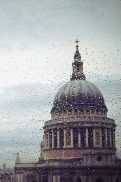 Light rain at St Paul's Cathedral, London 20°C | 68°F #burberryweather MY Place:)))