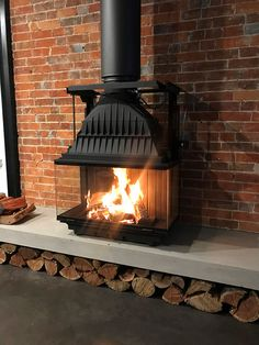 Fantastic Photos free standing Fireplace Ideas Concepts Whether your home is in Aspen or California, there's no denying the comforting effectation of a co Home Fireplace, Living Room With Fireplace, Fireplace Design, My Living Room, Fireplaces, Fireplace Ideas, Contemporary Wood Burning Stoves, Wood Burning Logs, Open Plan Kitchen Living Room