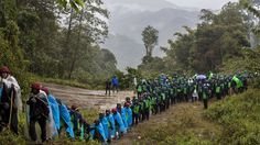 - Membros de uma organização voltada para combater o uso do ópio, caminham em Lung Zar, em Myanmar. A droga está presente em muitas comunidades pobres do país. Foto: Hkun Lat / AP