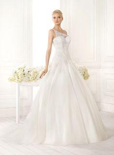 Abito da sposa con il corpetto lungo in pizzo monospalla e la gonna in tulle presso Bride Project Buttrio www.brideproject.it