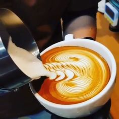 NEVER Stop Watching These Videos! Are you a master at coffee-froth-art? But these videos give us hope.Are you a master at coffee-froth-art? But these videos give us hope. Coffee Latte Art, Coffee Barista, Coffee Cafe, Coffee Drinks, Cappuccino Art, Coffee Logo, Coffee Shops, Iced Coffee, Latte Art Tutorial