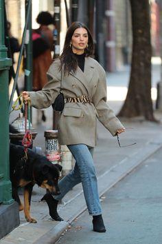 Le Fashion: Emily Ratajkowski Proves an Oversized Blazer Is Key Mode Outfits, Winter Outfits, Fashion Outfits, Fashion Tips, Fashion Trends, Fashion Week, Look Fashion, Fashion 2020, Emily Ratajkowski Outfits