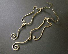 Gatti filo avvolto in ottone o rame orecchini di Hvitolg su Etsy