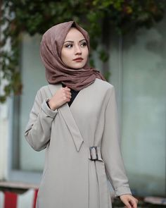 Görüntünün olası içeriği: 1 kişi, ayakta ve - Carpets Mag Abaya Fashion, Muslim Fashion, Modest Fashion, Fashion Outfits, Modest Dresses, Simple Dresses, Elegant Dresses, Modest Wear, Winter Skirt Outfit