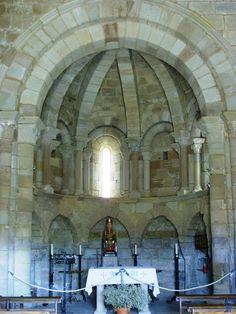 Santa María de Eunate, Navarra. Planta octogonal, ábside pentagonal en el exterior y circular al interior.