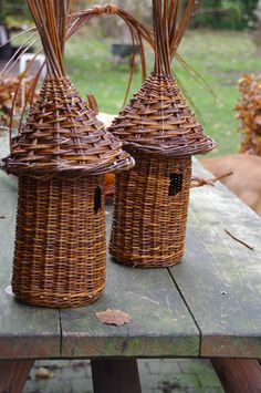 Willow birdhouses By: Anja van der Veer Willow Weaving, Basket Weaving, Basket Crafts, Bird Boxes, Paper Basket, Diy Wall Decor, Sisal, Diy Crafts To Sell, Wicker Baskets