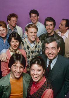 "Happy Days is an American television sitcom that aired first-run from January to September on ABC. Created by Garry Marshall, the series presents an idealized vision of life in the to ""Sunday Monday happy days. Great Tv Shows, Old Tv Shows, 1960s Tv Shows, Happy Days Tv Show, Erin Moran, Mejores Series Tv, Scott Baio, Air One, Non Plus Ultra"