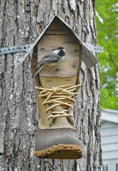 The post Bean Boot Birdhouse. appeared first on Bauen Diy. Birdhouse Craft, Birdhouse Designs, Birdhouses, Garden Crafts, Garden Projects, Garden Ideas, Unique Bird Feeders, Bluebird House, Bird House Plans