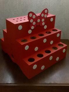 Kit de duas peças composto por : bandeja de doces modelo Minnie, redonda com 30 cm de diâmetro e 23,5 cm de altura ( mais 3 cm do laço ) . Feita em Mdf pintado com detalhes em EVA .peso 850 grs e Porta tubetes e piruliteiro Minie . feito em MDF pintado com detalhes em EVA . No tamanho 29 cm por 2... Mimi Y Mickey, Minnie Mouse 1st Birthday, Mini Mouse, Food Displays, First Birthdays, Projects To Try, Diy Crafts, Candy, Minne