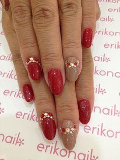 Uñas en rojo y marrón brillante decoradas con perlas doradas y rojas - Uñas Pasión
