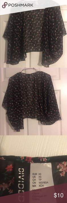 H&M Divided XS Black Floral Kimono Black with red and pink flowers, swishy material and open sleeves that will fit almost anyone, barely worn and looks like new 🌹 H&M Tops