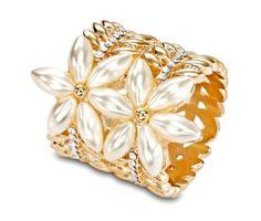 Perlové kvety sú jednou z najluxusnejších ozdobných rúrok z nášho sortimentu. Sponu tvoria dva nádherné perlové kvety, ktoré na seba pritiahnú oči každého zvedavca. Ozdoba je vyrobená z kvalitných materiálov a falošných periel, ktoré je veľmi ťažké poškriabať alebo poškodiť.  Spona je obohatená o žiarivé kamienky po svojom obvode. Vnútorná strana je brúsená aby nepoškodila hodvábny materiál.  Garancia 100% kvality a spokojnosti.