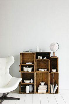 色んなサイズの木箱を重ねておしゃれな棚として活用しています。食器や本を白に統一していることで洗練された雰囲気になっています♡