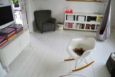 visiting the Danish interior stylist and blogger from boligcious.dk #livingroom #homedecor #paintedfloors #whitefloors #eames #denmark #home #copenhagen #rockingchair #interior #design #interiordesign #mallemus #colorfulliving #rug