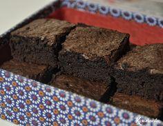 Σας έχει συμβεί ποτέ να σας έρθει μια ξαφνική λιγούρα για κάποιο γλυκό αλλά να σας λείπει το βασικό συστατικό; Για παράδειγμα ονειρεύεστε λαχταριστά σοκολατένια μπράουνις αλλά δεν έχετε σοκολάτα. Ο… Kakao Brownies, Cocoa Brownies, Yummy Cakes, Food And Drink, Sweets, Chocolate, Cooking, Desserts, Recipes